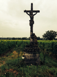 Övervakning av vingård. Texten under krucifixet är på tyska, och berättar om korsfästelsen.